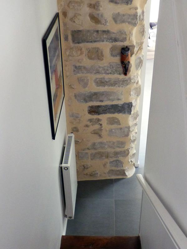 Escalier et mur en pierre