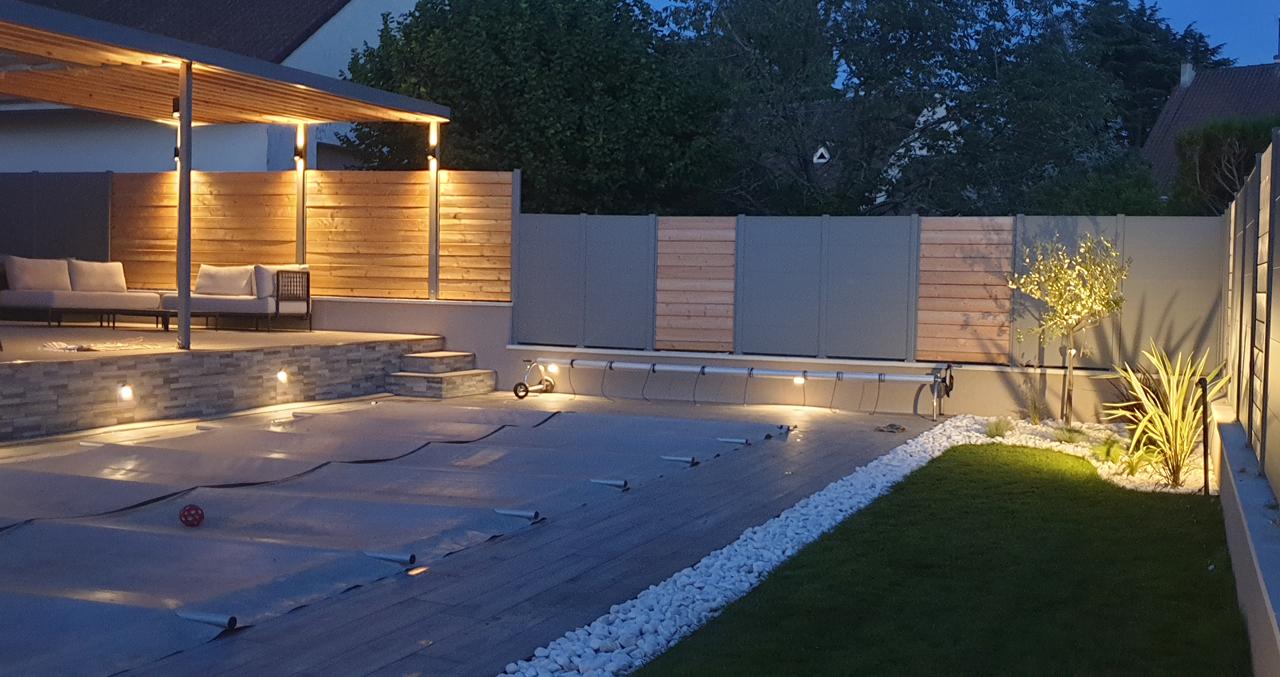 Nuit Piscine coque, terrasse carrelée, jardin paysagé, clôture alu/bois