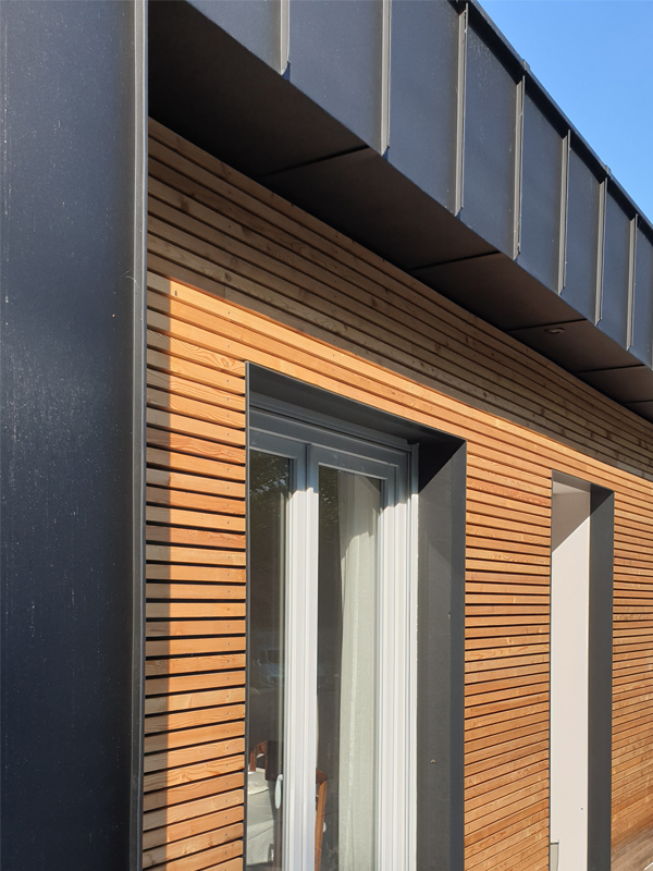 Réalisation façade sur rue, mélèze et anthracite zinc joint debout