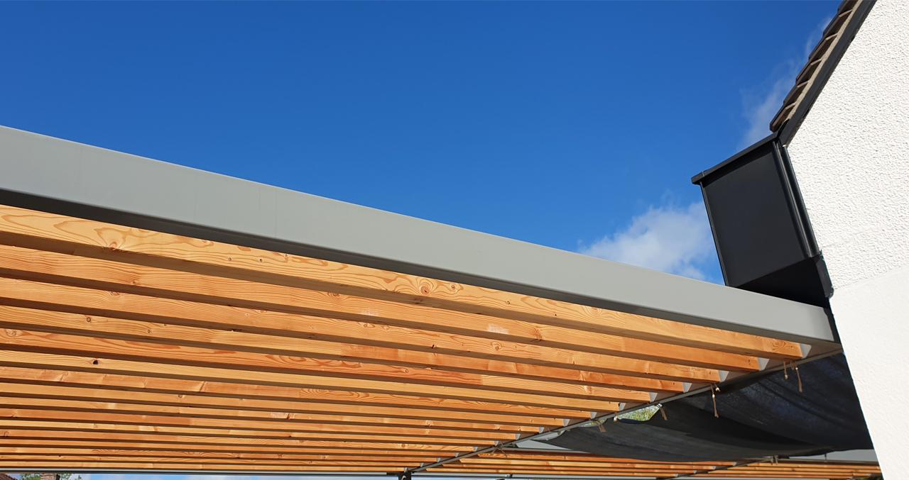 Pergola métallique laquée et bois mélèze, débord de toiture zinc